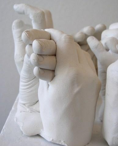 Gipsabformungen von sechs Händen einer Familie