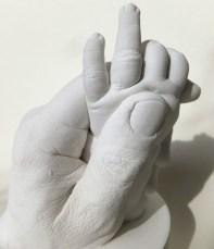 Gipsabdruck von Händen Vater und Kind (neun Monate)