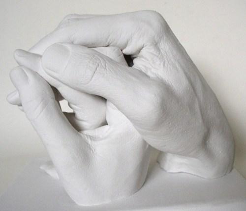 Gipsabformung dreier Hände