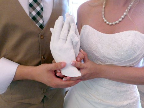 Foto: Brautpaar hält Form in Händen