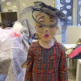 Foto: Kind mit Maske und Hut