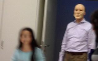 unscharfes Foto: Maskierter Mann im Hintergrund