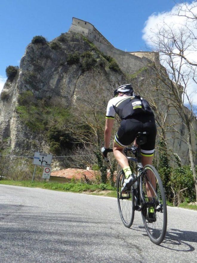 Rennradfahrenin der Emilia Romagna