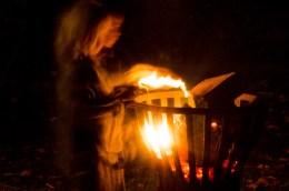 Foto von Bela, der Experimente am Lagerfeuer macht.
