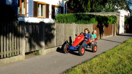 Foto, das Luis und Bela beim Kettcar fehren zeigt.