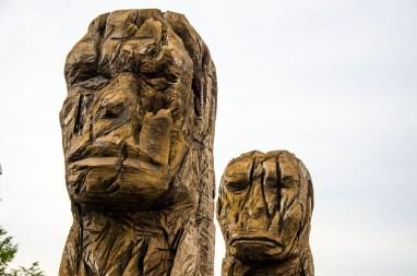 Foto eines Kunstwerks aus Holz im Besucherpark Flughafen München.