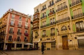 Foto von farbenfrohen Häusern in Alicante.