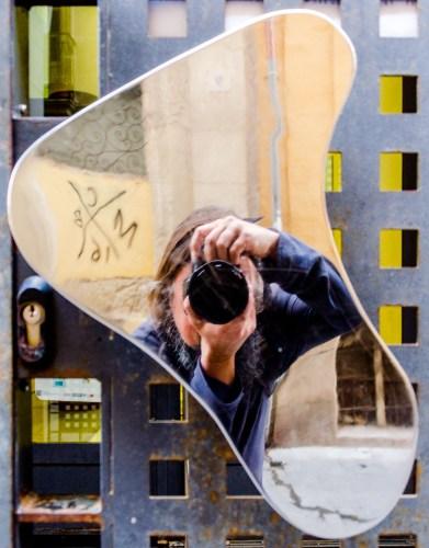 Foto eines spiegelnden Türknaufs, in dem der Fotograf sichtbar ist.