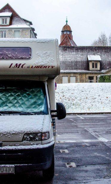 Ein Foto von einem Wohnmobil auf einen Stellplatz in Besançon, es hat etwas geschneit.