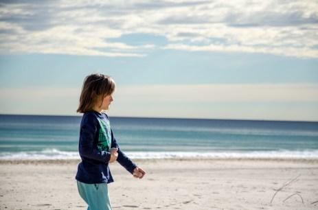 Foto von einem Kind am Strand von El Campello.