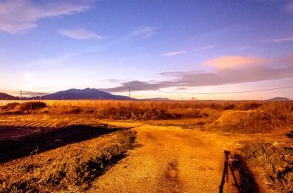 Foto von Puntas De Calnegre mit Tomatengewächshaus im Hintergrund.