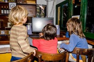 Foto von Kindern, die am Computer Spiele spielen.