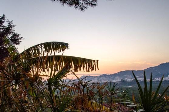 Foto von Aussicht auf Ort und Berge.