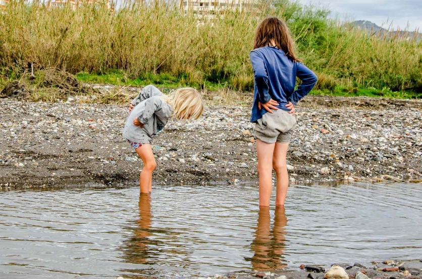 Foto von spielenden Kindern im Fluss.