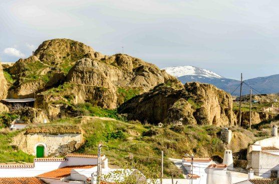 Foto von Felsen mit Höhlenwohnungen.