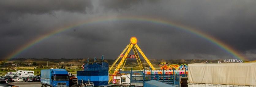 Ein Regenbogen über dem Volksfest.