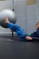 Foto eines Kindes mit großem Ball in einem Trampolin.