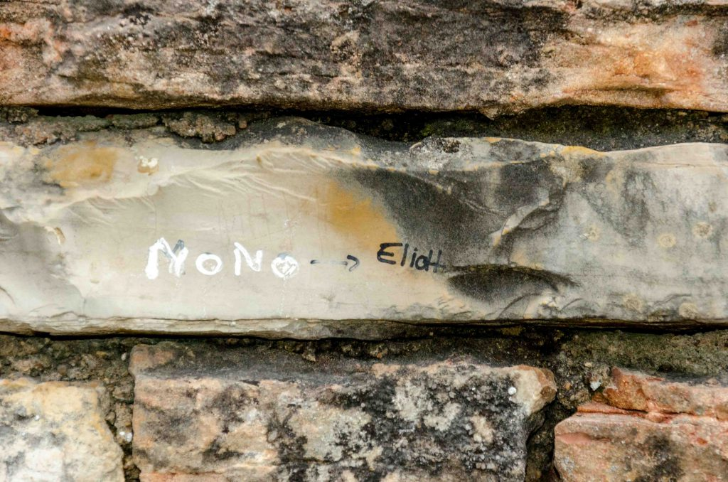 Graffiti auf einem Mauerstein.
