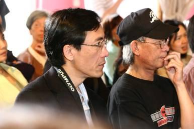 Anh Khánh, anh Bình theo dõi chương trình