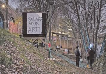 """Die heiße Hütte und außerdem Arbeiten von Antonia Prochaska (""""Sauner your Art"""") und Pia Mayrwöger (Duschlaterne). Foto Leo Schatzl"""