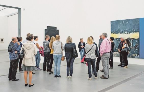 Stella Rollig in der Ausstellung Die Sammlung. Klassiker, Entdeckungen und neue Positionen – während einer Führung mit Publikum. Foto MaschekS.