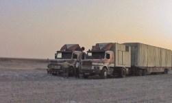 Schausteller-Familie Avi beim Transport des Fahrgeschäft Typhoon im Oman, um 2004. Foto Archiv Firma Avi, Wels