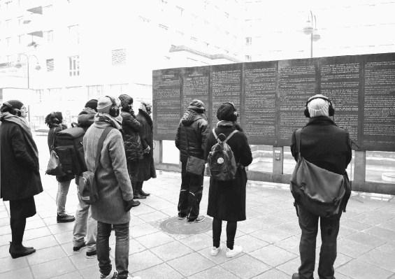 Hier wurde Zukunft noch geprobt: 8 Minuten Audiowalk-Testlauf im Dezember vor dem Menschenrechtsbrunnen. Foto theaternyx