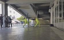 Katharina Senk und Maartje Pasman in ihrer raumübergreifenden Schäxpir-Koproduktion [White Hole]. Foto Gerlinde Roidinger