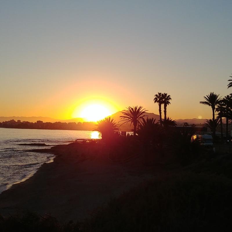 Sonnenuntergang über Bergen am Meer