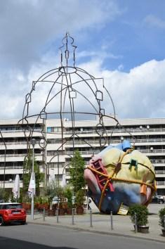 Denkmal aus Stahl der zerstörten Bethlehemkirche