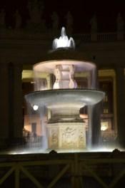 Brunnen am Petersplatz bei Nacht
