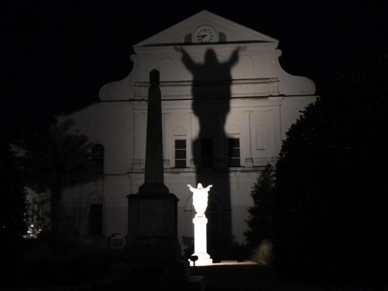 Schatten vor der Kirche