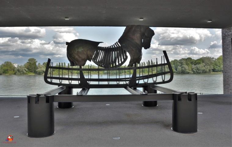 Pferdeskulptur im neuen Zollhafenviertel