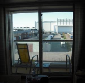 Blick von der Balkonkabine auf den hässlichen Containerhafen von Göteborg
