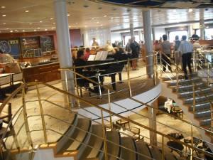 Das Hauptrestaurant Atlantik mit großer Treppe und Flügel