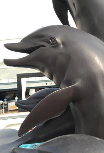 Delfin-Skulptur schmückt den Pool