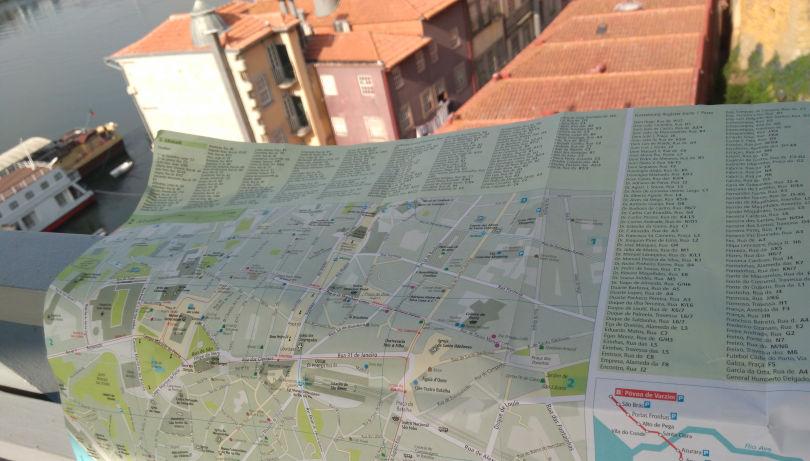 Mit dem Cityplan aus dem Dumont-Reiseführer Porto über den Dächern der Stadt