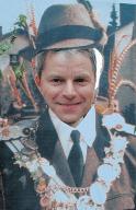 Endlich König: Bundestagsabgeordneter Dirk Becker steckt den Kopf durch ein Foto.