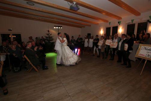 Beim Wiener Hofball: Elke der Irre und Nicky (Thomas und Anja Salitter) tanzen einen Wiener Walzer. Die Throngemeinschaft (rechts) klatscht dazu, das Kaiserpaar Eike und Nicole Kramer genießt die Aufführung.