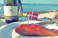 Picknick mit Räucherfisch am Strand