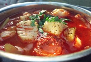 Die See kocht Fischsuppe mit Skrei