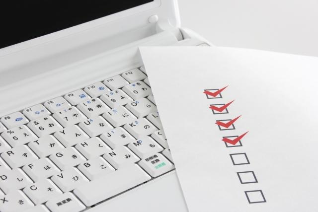 パソコンとチェックリスト