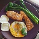 Salmón con huevo y queso de cabra