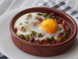 Huevos con guisantes y jamón
