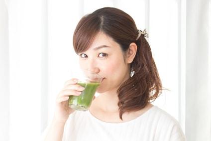 スムージーを飲む女性
