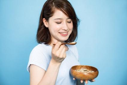シリアルを食べる女性