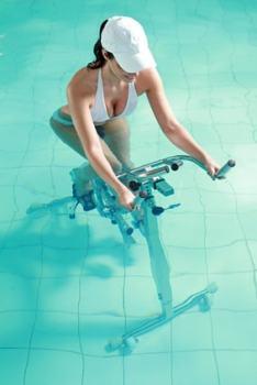 アクアバイクをする女性
