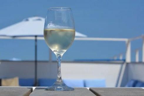 Verre de vin blanc pour mincir facilement sur une plage