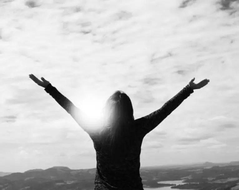 femme heureuse car elle a pu maigrir après 50 ans image en noir et blanc