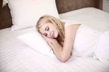 femme qui dort bien parce quelle à manger léger le soir